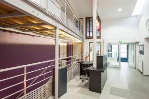 Passerelle et escalier d'accès au sous-sol