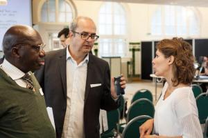 De gauche à droite Clément Baniala, le directeur général d'Emmaüs solidarité Bruno Morel et Axelle Brodier, chercheure et historienne au CNRS.